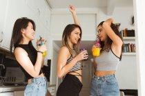 Donna felice che balla con bevande — Foto stock