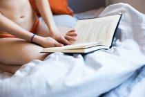 Coup de récolte de fille avec livre — Photo de stock