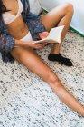 Книжка для женщин на полу — стоковое фото