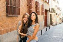 Teen amiche in posa sulla strada — Foto stock