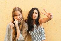Adolescenti fidanzate che mostrano segni di pace . — Foto stock