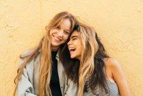 Ridere fidanzate su giallo — Foto stock
