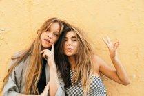 Подростковые девушки показывают признаки мира — стоковое фото