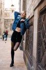 Donna ridente posa vicino al muro — Foto stock