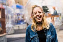Mujer riendo en la calle - foto de stock