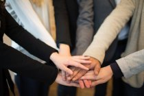 Коллеги по полю держатся за руки — стоковое фото