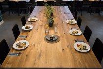 Tisch mit Geschirr für 6 Personen — Stockfoto