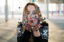 Frau pustet Konfetti — Stockfoto
