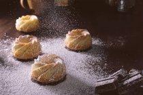 Glaçage au sucre sur des pâtisseries savoureuses — Photo de stock