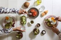 Ernte-Blick auf Händen essen — Stockfoto