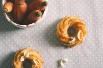 Donuts mit Schokolade Späne — Stockfoto