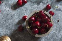 Bagas de cereja na mesa de pedra — Fotografia de Stock
