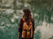 Donna con zaino in natura — Foto stock