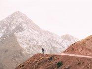 Анонімні людина на гори дорога — стокове фото