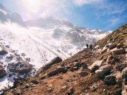 Turista alla scoperta di montagne — Foto stock