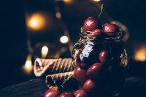 Cerezas maduras en tarro - foto de stock