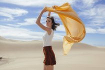 Женщина в песчаных дюнах — стоковое фото