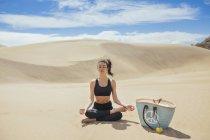 Женщина практикующая йогу в пустыне — стоковое фото
