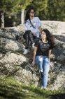 Молодая лесбийская пара на улице — стоковое фото