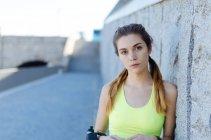 Женщина отдыхает после спорта — стоковое фото