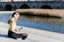 Donna che riposa e ascolta musica — Foto stock