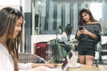 Femme avec téléphone portable — Photo de stock