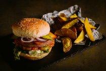 Hamburger gourmet su oscurità — Foto stock