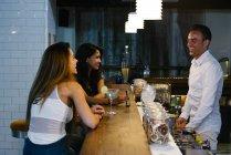 Frauen trinken in Bar — Stockfoto