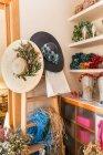 Красивые женские шляпы в цветочном магазине — стоковое фото