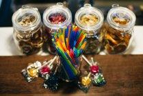 Paja y caramelos en contador - foto de stock