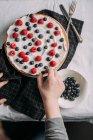 Preparing berries cake with yogurt frosting — Stock Photo
