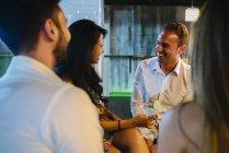 Люди пили в м. бар — стокове фото
