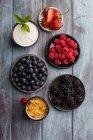 Petits fruits, yaourt et céréales — Photo de stock