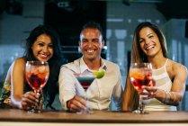 Сміху друзів в м. бар — стокове фото