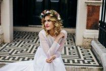Красива наречена фотографіях хтось дивитися вбік — стокове фото