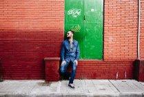 Hombre elegante posando en la calle - foto de stock
