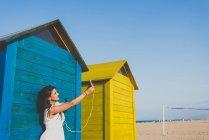 Glückliche Frau macht Selbstporträt am Strand — Stockfoto