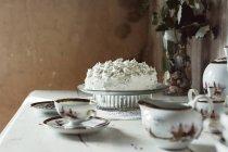 Gâteau de meringue, sur la table — Photo de stock