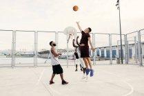 Мужчины, играющие в баскетбол — стоковое фото