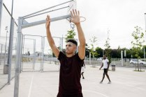 Men playing basketball on street — Stock Photo