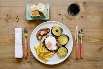 Mesa com prato e vinho — Fotografia de Stock