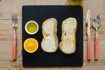 Toasts croustillants avec huile et orange — Photo de stock