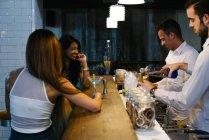 Frauen trinken in der Bar — Stockfoto