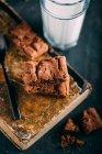 Шоколадный пирог со стаканом молока — стоковое фото