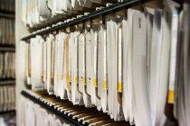 Полка с папками сортированных бумаг — стоковое фото