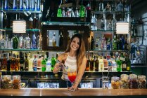 Barista che propongono cocktail — Foto stock