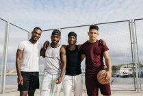 Basketball-Team posiert auf Straße Boden — Stockfoto