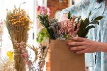 Ragazza di raccolto che compongono il mazzo in sacco di carta — Foto stock