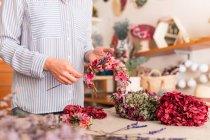 Обтинання жінка Аранжування квітів — стокове фото
