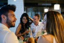 Menschen trinken In der Bar — Stockfoto